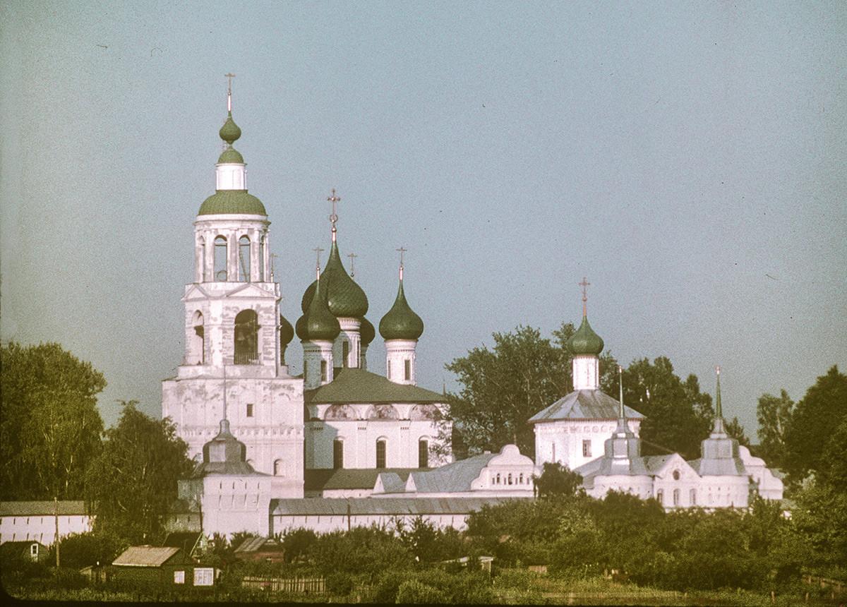 Толгски манастир, северозападна гледка от река Волга. Отляво: Камбанария и северозападна ъглова кула; Събор на Въведение Богородично; Църква