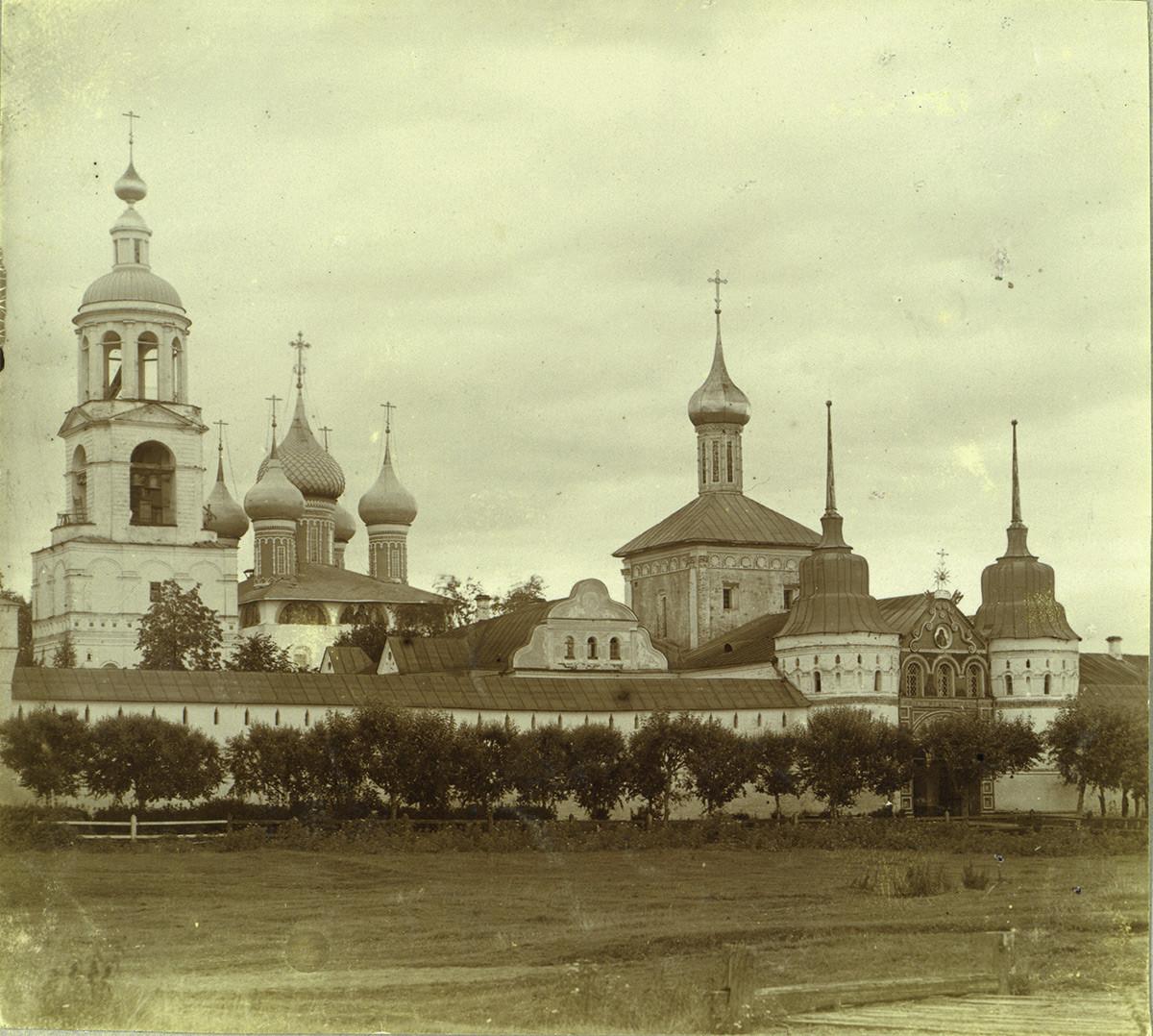 Толгски манастир, западна стена, северозападна гледка. Отляво: камбанария; Събор на Въведение Богородично; Църква