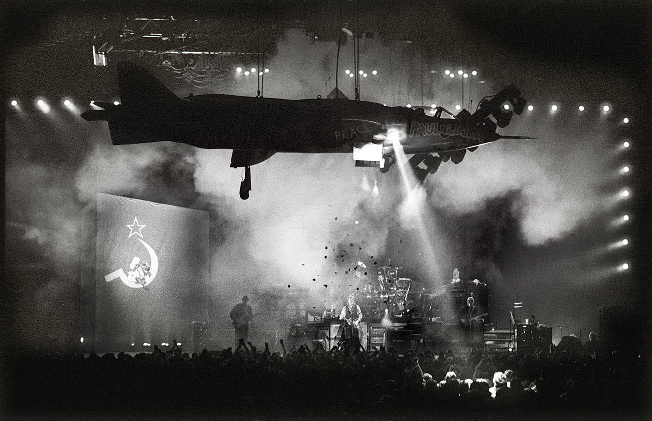 """Paul McCartney spielt """"Back in the USSR"""" in Rotterdam, die Niederlanden, 1989"""