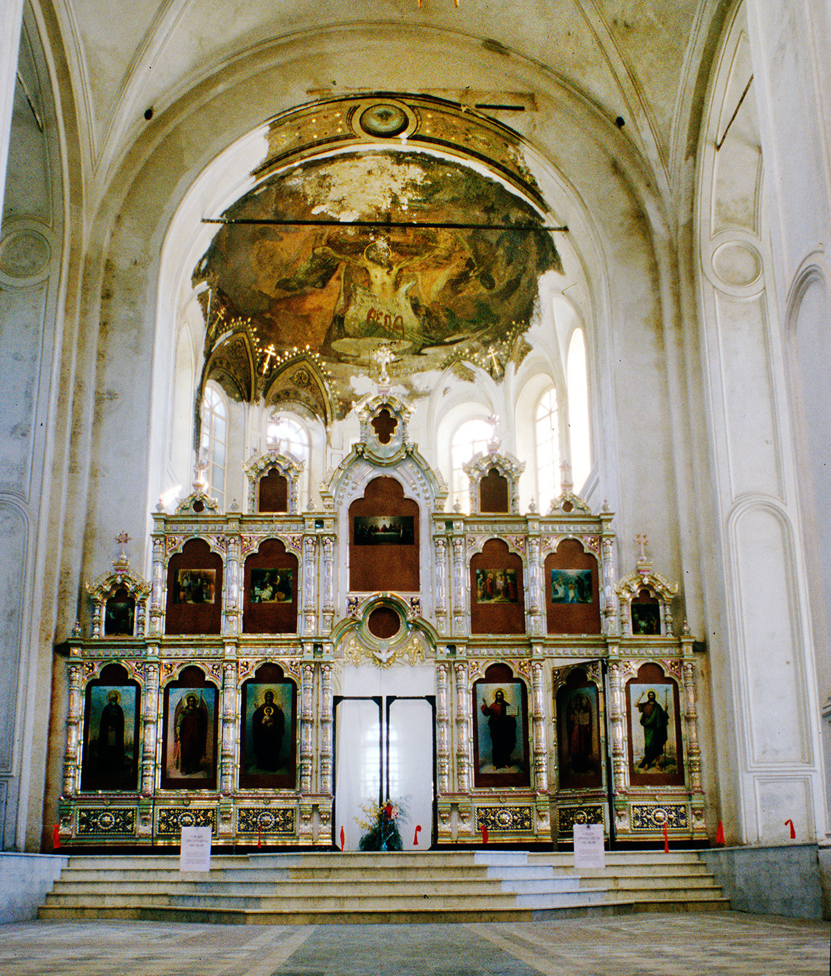Catedral de la Elevación de la Cruz. Interior, vista este hacia la pantalla de iconos y el ábside central. 27 de agosto de 1999.