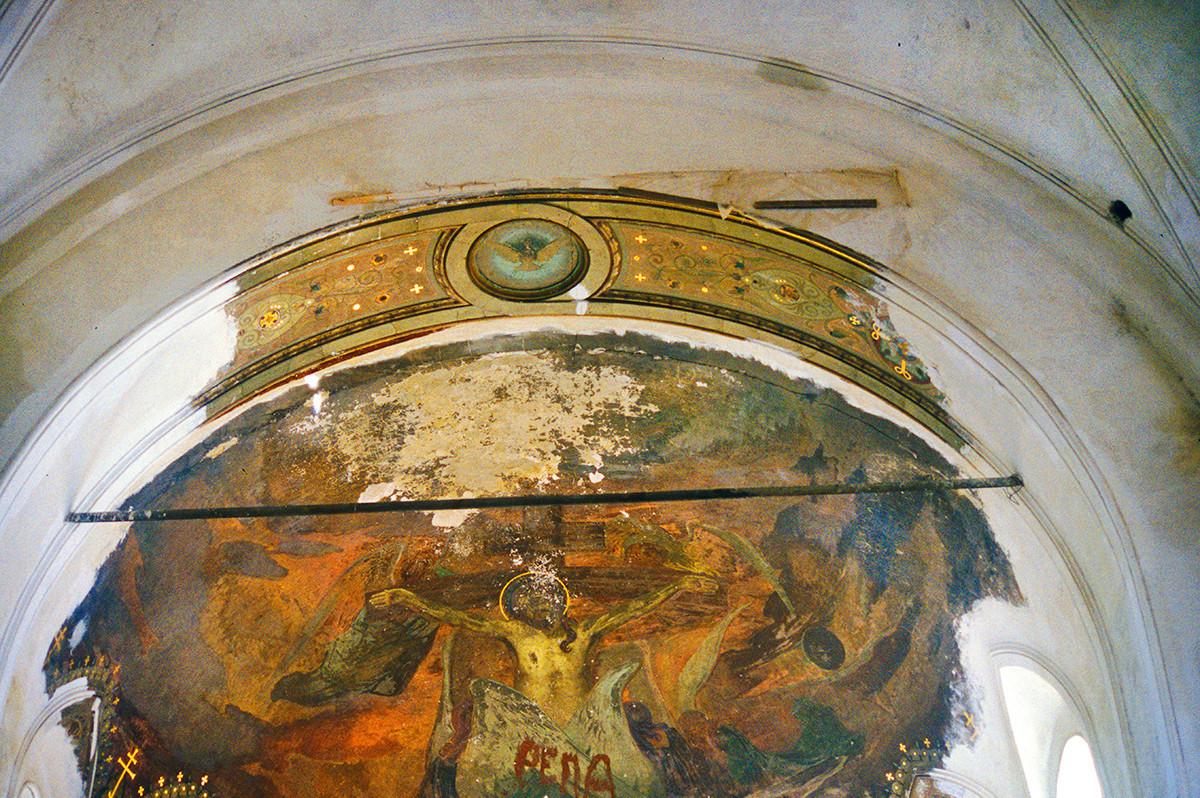 Catedral de la Elevación de la Cruz. Pintura mural de la Crucifixión sobre el ábside central. Daño de graffiti visible. 27 de agosto de 1999.