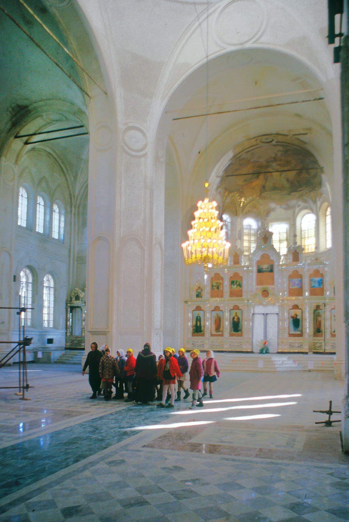 Catedral de la Elevación de la Cruz. Interior, vista al noreste hacia la pantalla de iconos y el ábside. 27 de agosto de 1999.