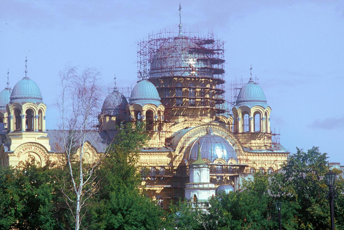 Catedral de la Elevación de la Cruz, vista sur. Primer plano: torre del muro sur del monasterio. 27 de agosto de 1999.
