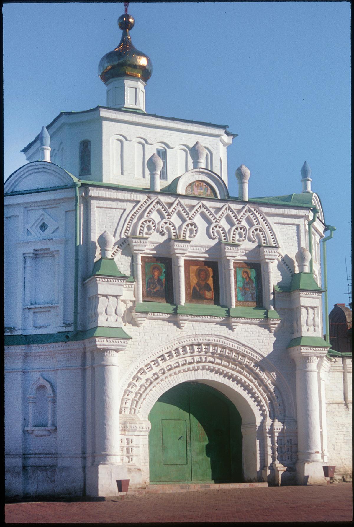 Iglesia de los Santos Simeón y Ana sobre la Puerta Santa, vista suroeste. 27 de agosto de 1999.
