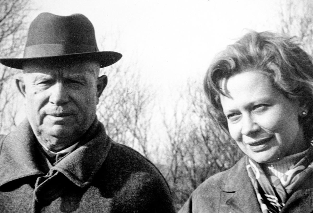 Nikita Khruschov com sua filha adotiva Iúlia, 1967