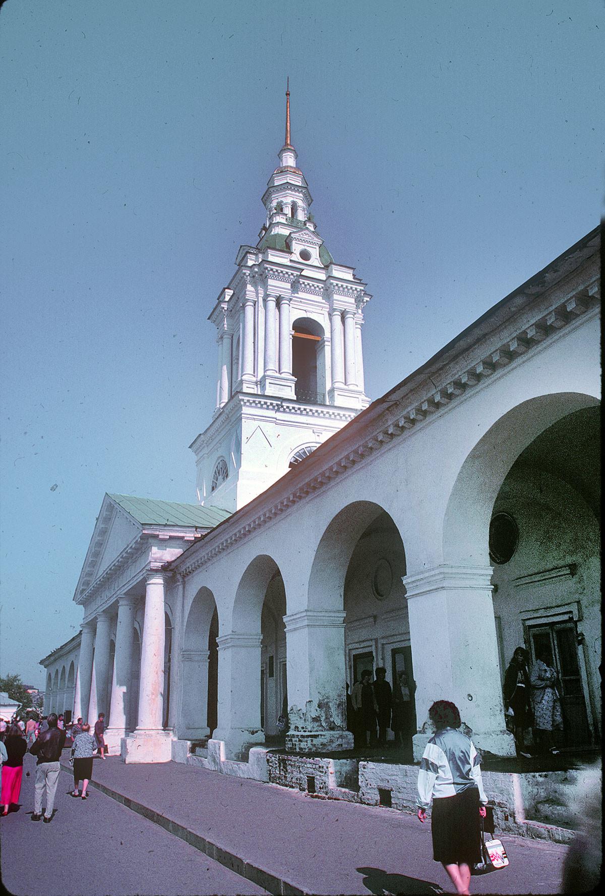 Rdeče trgovske arkade s cerkvijo Ikone milostljivega odrešenika med trgovskimi arkadami. 22. avgust 1988