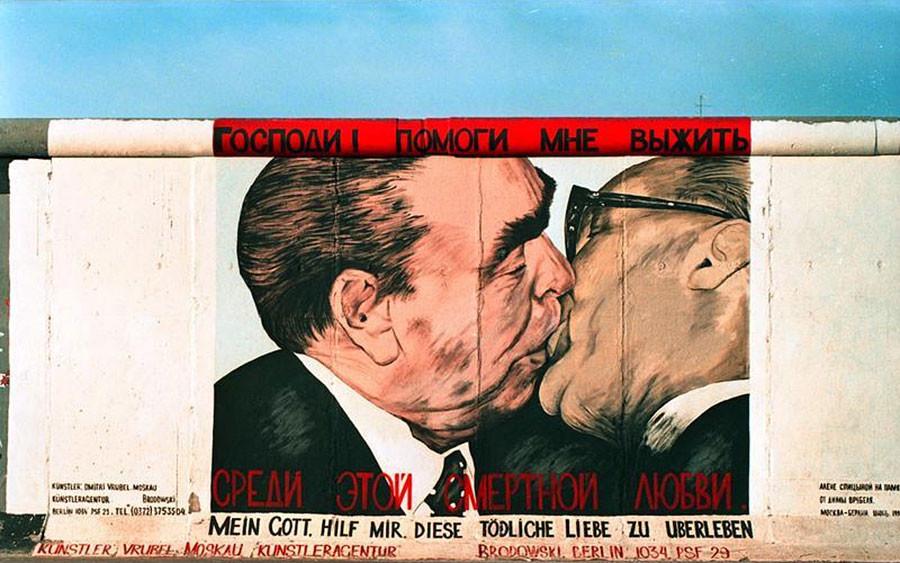 Dmitri Vrubel. Ya Tuhan, Tolong Aku agar Selamat dari Cinta yang Mematikan Ini, 1990.
