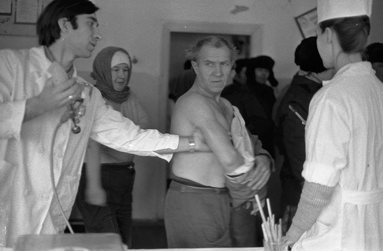 Personnes se faisant vacciner contre la grippe dans l'usine métallurgique de Novokouznetsk, 1980