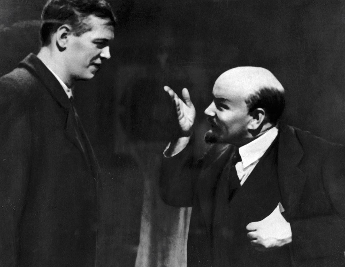 Les acteurs soviétiques Boris Chtchoukine (à droite) et Nikolaï Okhlopkov (à gauche) dans le film Lénine en octobre