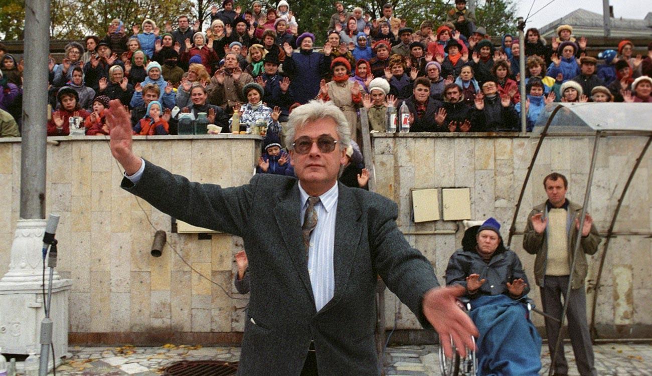 Allan Tchoumak chargeant l'eau de la célèbre piscine Tchaïka, à Moscou