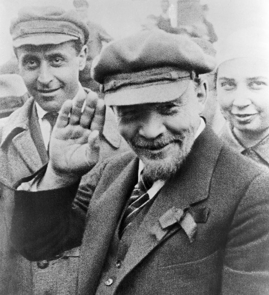 Lenin immortalato durante la posa del monumento