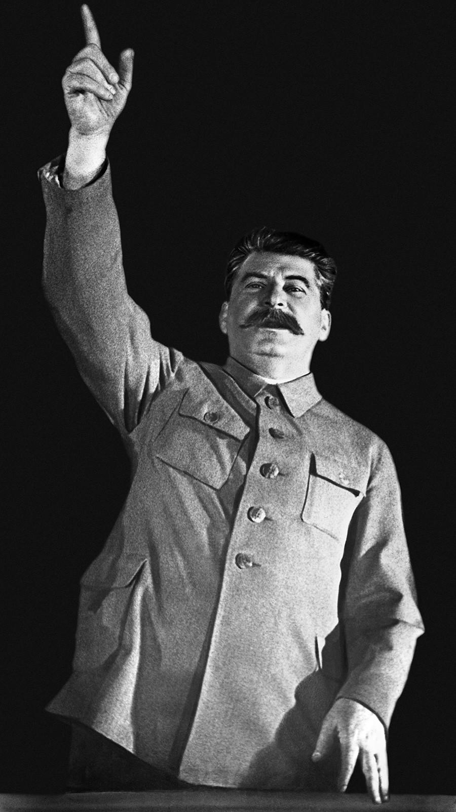 Stalin durante un'assemblea dedicata all'avvio della metropolitana di Mosca