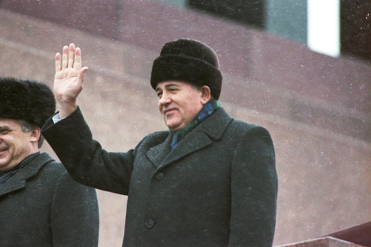 Mikhail Gorbachev in cima al mausoleo di Lenin in Piazza Rossa a Mosca