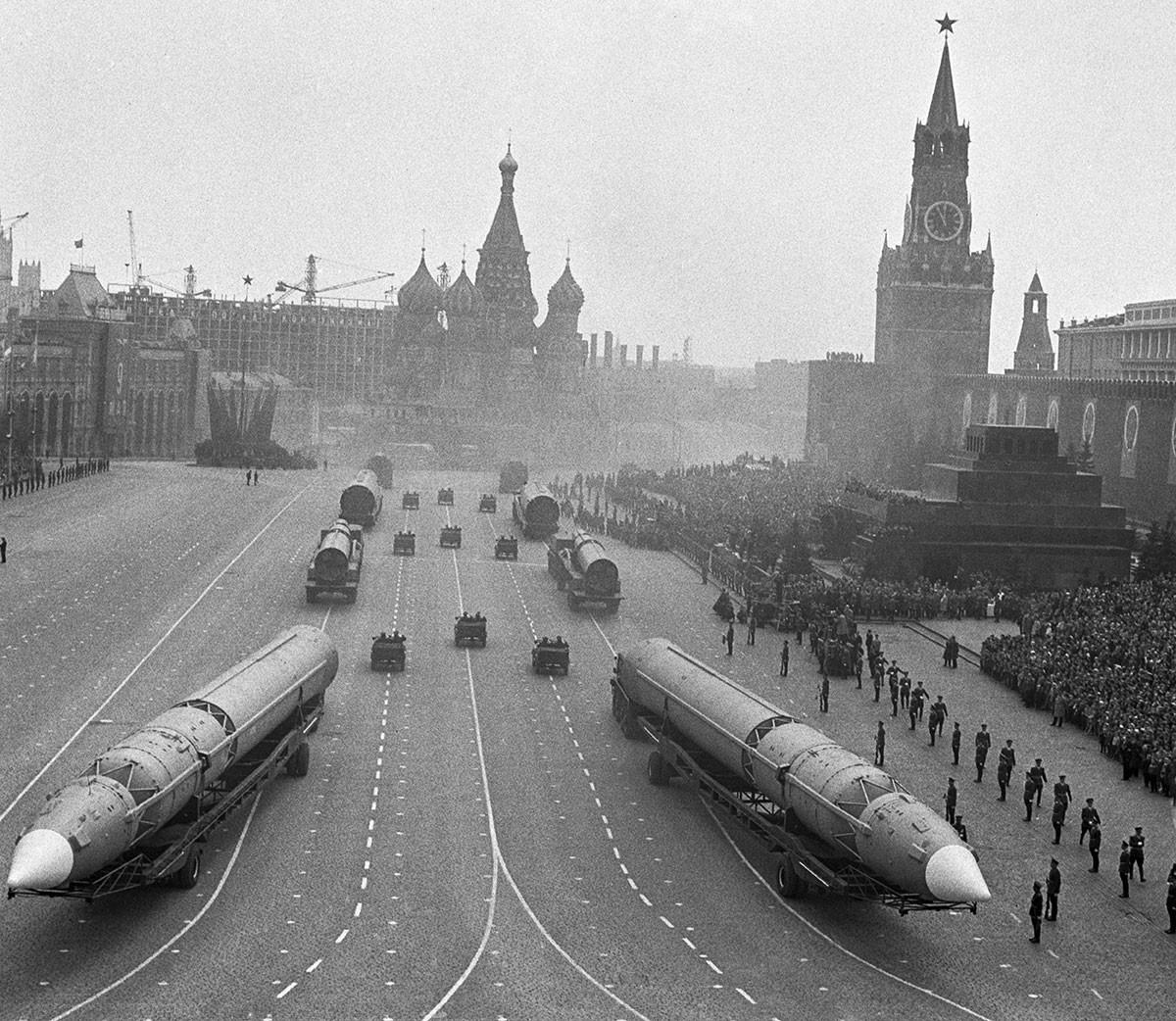 Missili balistici intercontinentali GR-1 nella parata organizzata per il 20° anniversario della Vittoria nella Grande guerra patriottica. Mosca, 9 maggio 1965