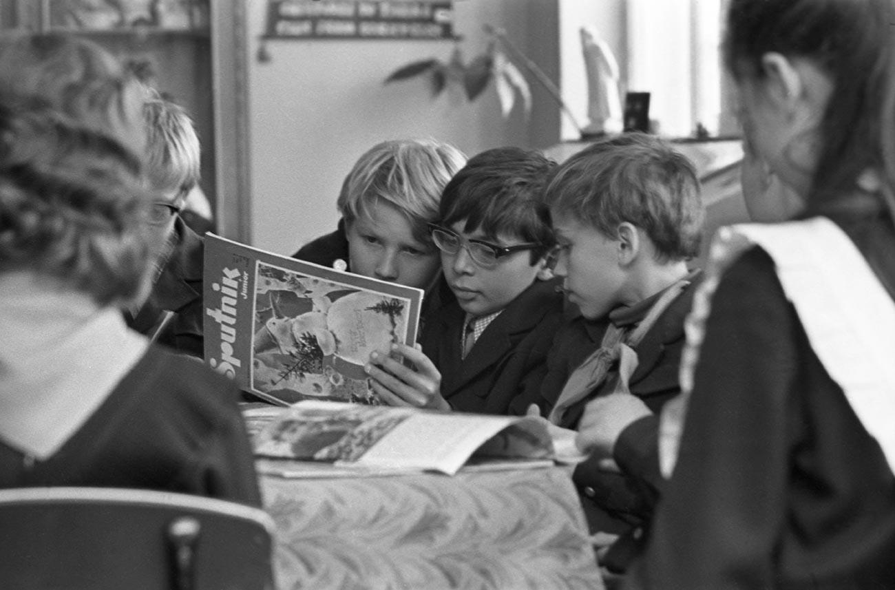 V času kulturnega odtaljevanja v letih Hruščova so se po vsej državi začele pojavljati šole, ki so ponujale intenzivne tečaje angleščine.