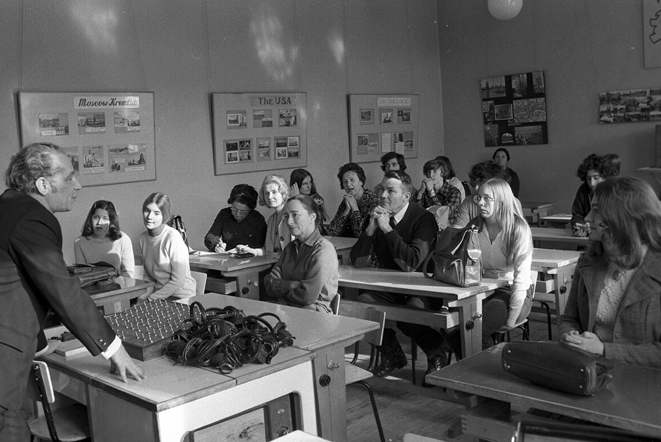Učenci sodelujejo pri pouku angleščine kot drugega jezika na moskovski šoli številka 20, ki je od leta 1958 specializirana za intenzivno poučevanje angleščine.