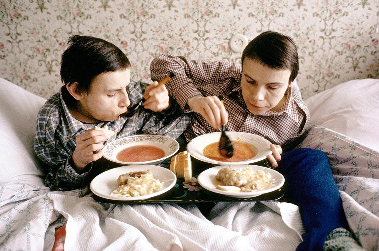 Руските сиамски близначки Маша и Даша Кривошляпови в Москва
