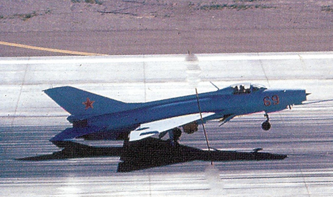 J-7B Red 69 del 4477º Escuadrón de Pruebas y Evaluación.