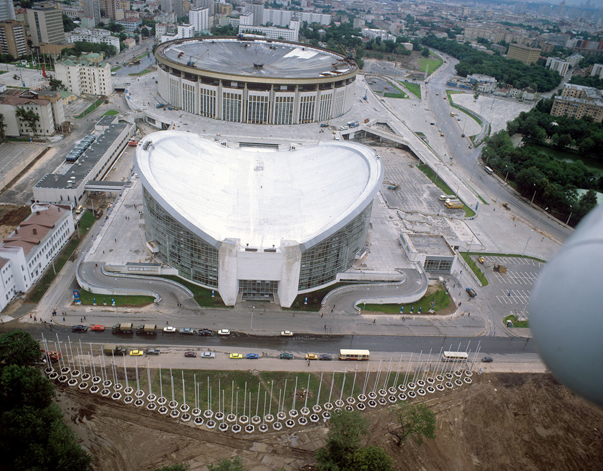 """Спортски комплекс """"Олимпијски"""" на Проспекту Мира. На предњем плану базен и највећи затворени стадион у Европи са 45.000 места. 1980."""