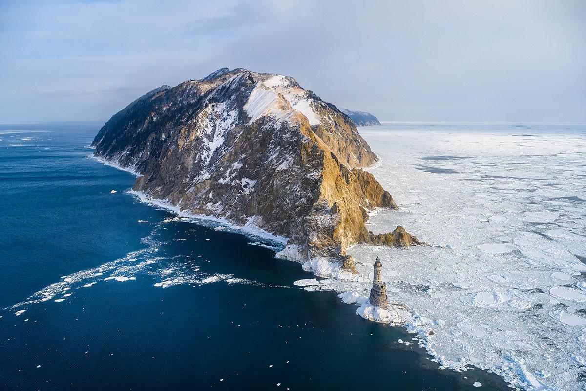 Tanjung Aniva di Sakhalin selama musim dingin.