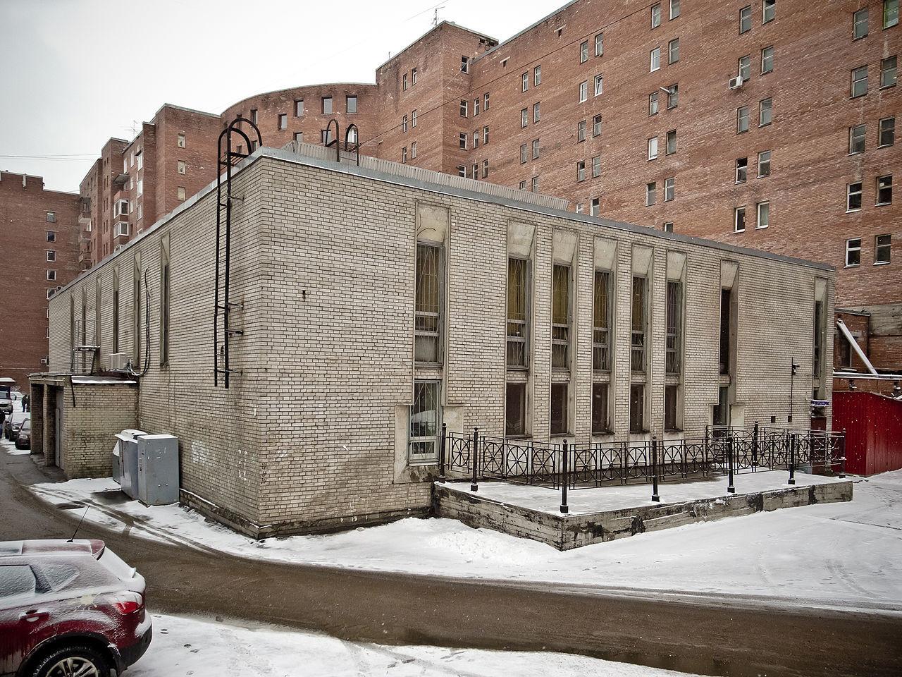 Aula masuk stasiun di halaman apartemen.