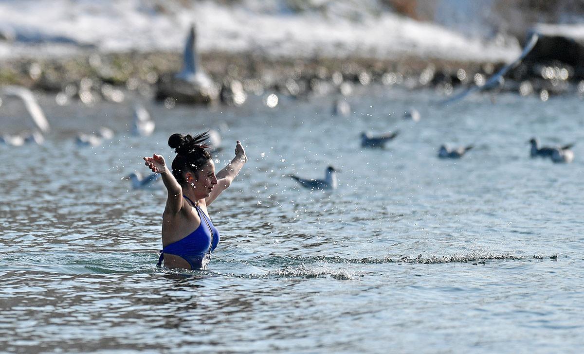 洗礼祭のとき黒海で泳ぐ女性、セヴァストーポリ。