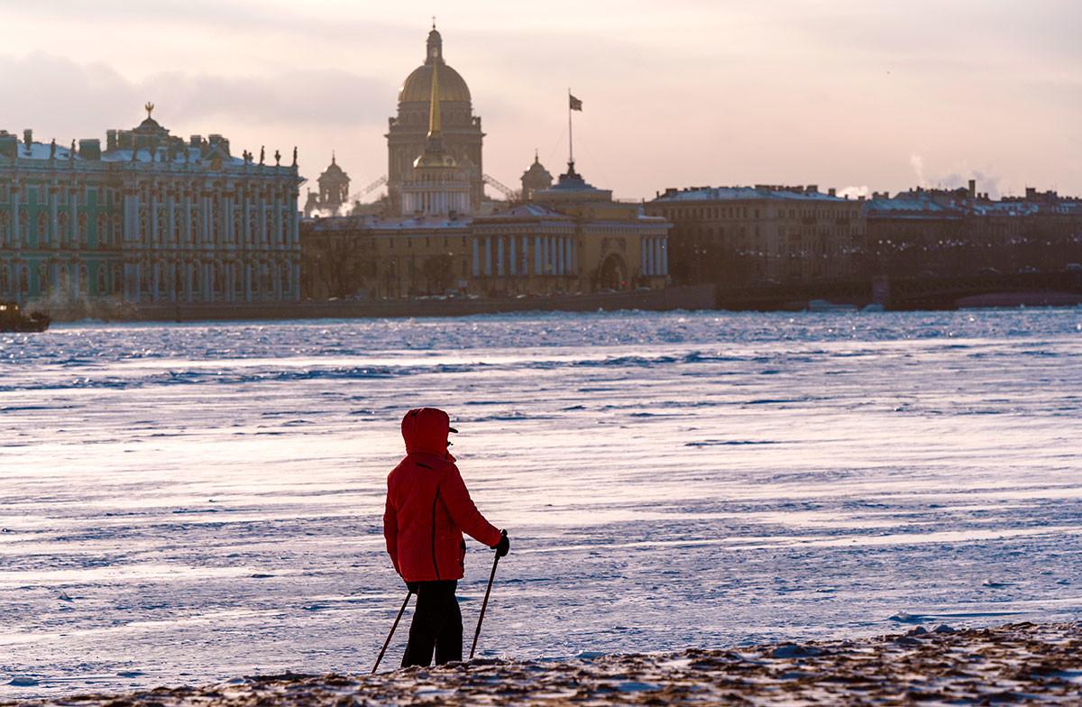 サンクトペテルブルクのペトロパヴロフスク要塞のビーチで散歩している女性