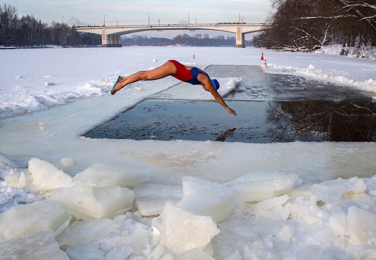 洗礼祭でモスクワ川に飛び込む「モスクワのセイウチ」の参加者