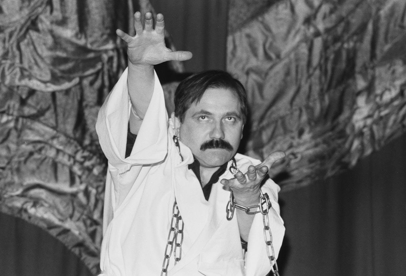 Юрий Лонго во время демонстрации своих возможностей в кинотеатре