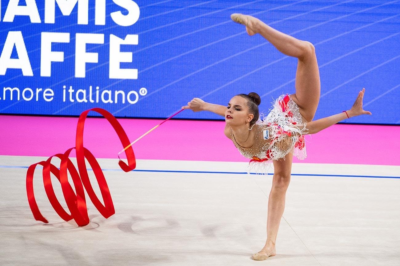 Dina Averina durante a Copa do Mundo de Ginástica Rítmica 2019 em Pesaro, na Itália