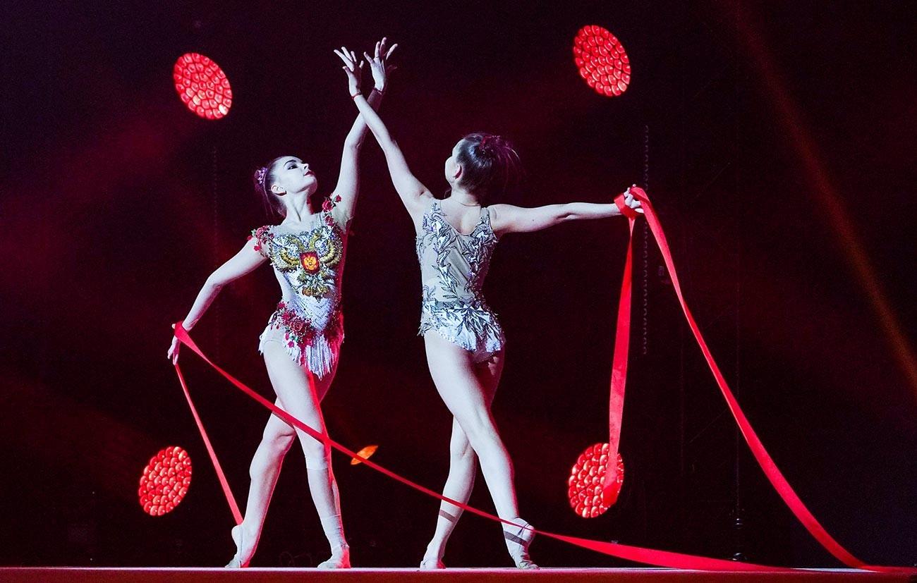 """Ginastas Dina e Arina Averina atuam no 7º Show de Ano Novo dos Campeões Olímpicos """"Gelo e Chama"""", em Moscou"""