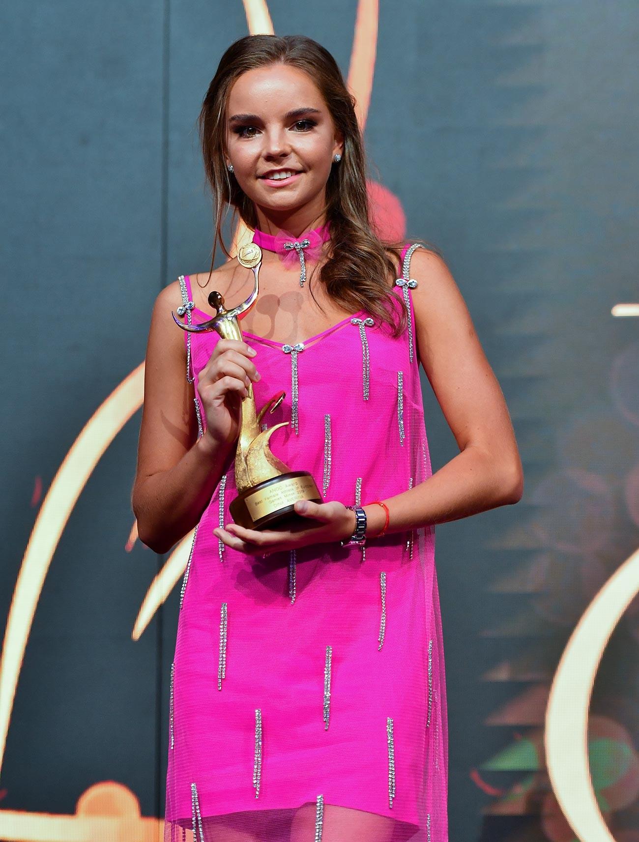 Dina Averina venant de remporter le prix de la Meilleure athlète féminine aux Jeux européens 2019