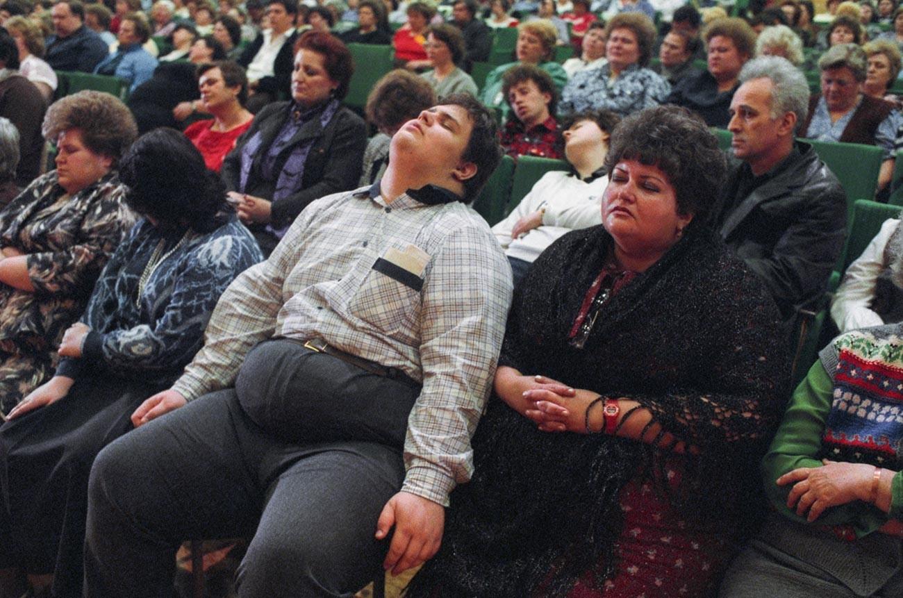 Zdravljenje debelosti. Seja množične hipnoze Kašpirovskega v dvorani moskovskega kluba Mosgiprotransa (Projektno-raziskovalnega inštituta).