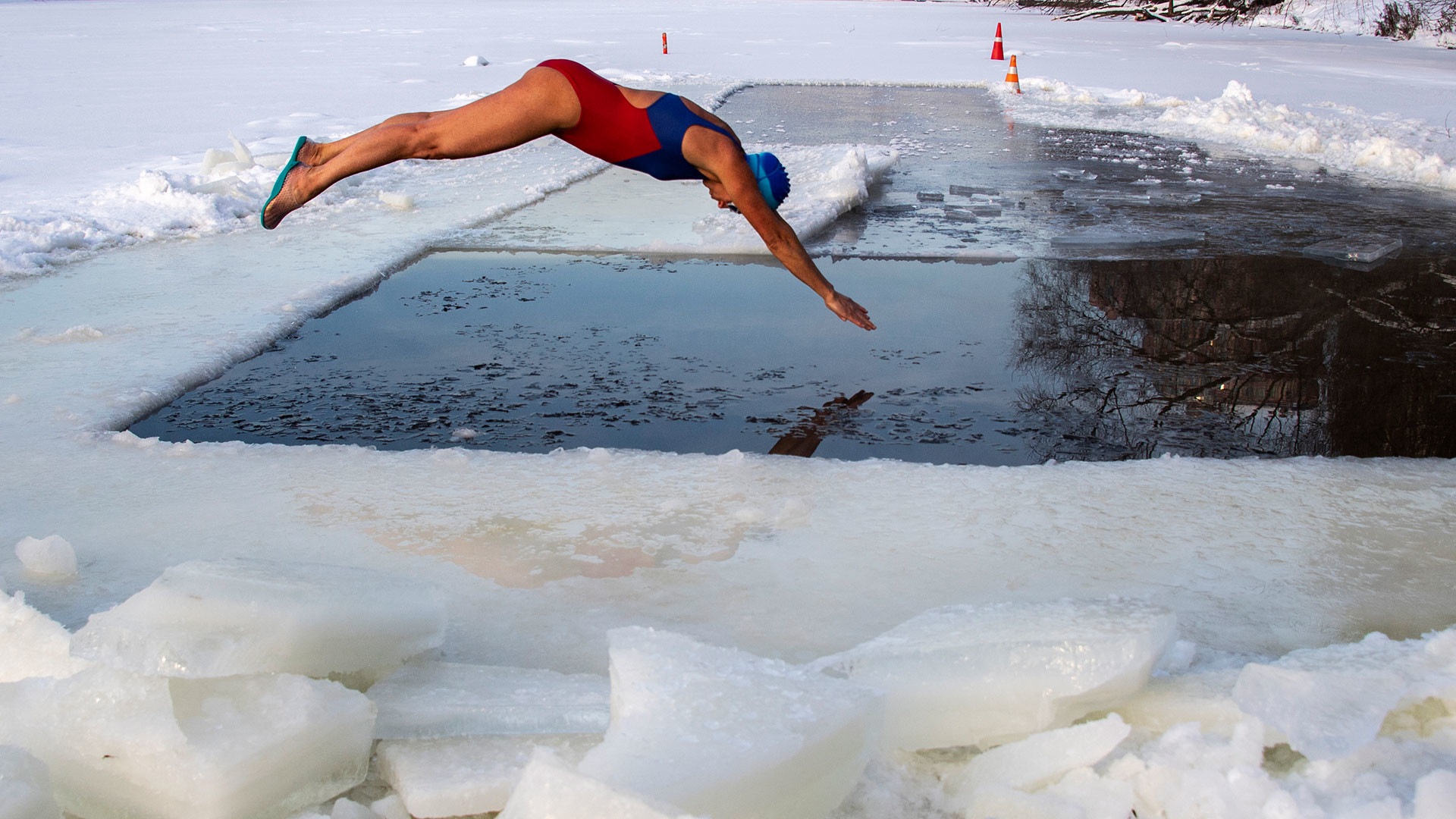 """Une membre du club de natation hivernale """"Les Morses de la capitale"""" plonge dans la Moskova durant la Théophanie."""