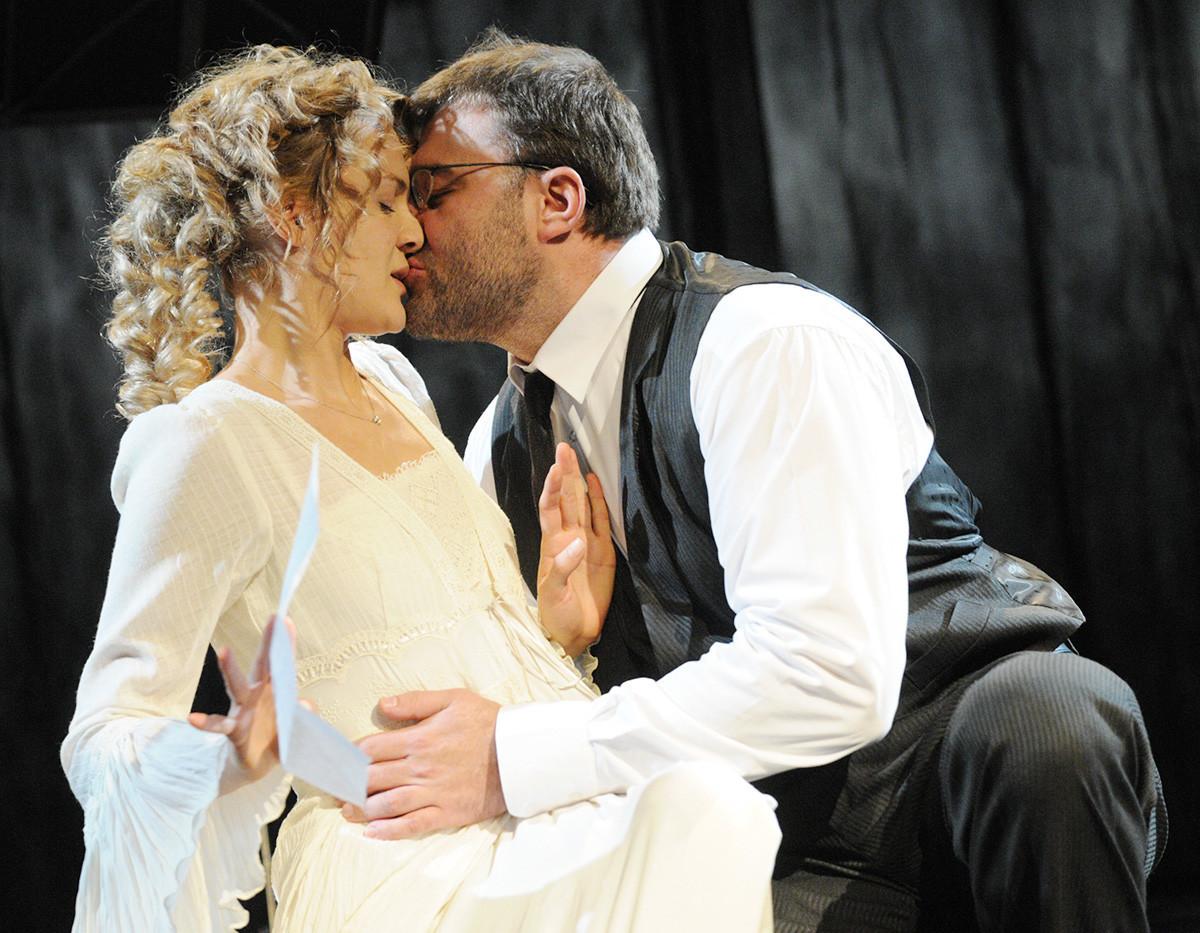 Igralca Mihail Porečenkov v vlogi Pozdniševa in Natalija Švec v vlogi Lize v prizoru iz