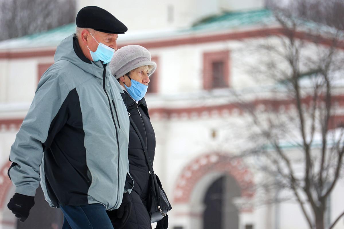 マスクをつける高齢者はモスクワのコローメンスコエ公園で散歩している。