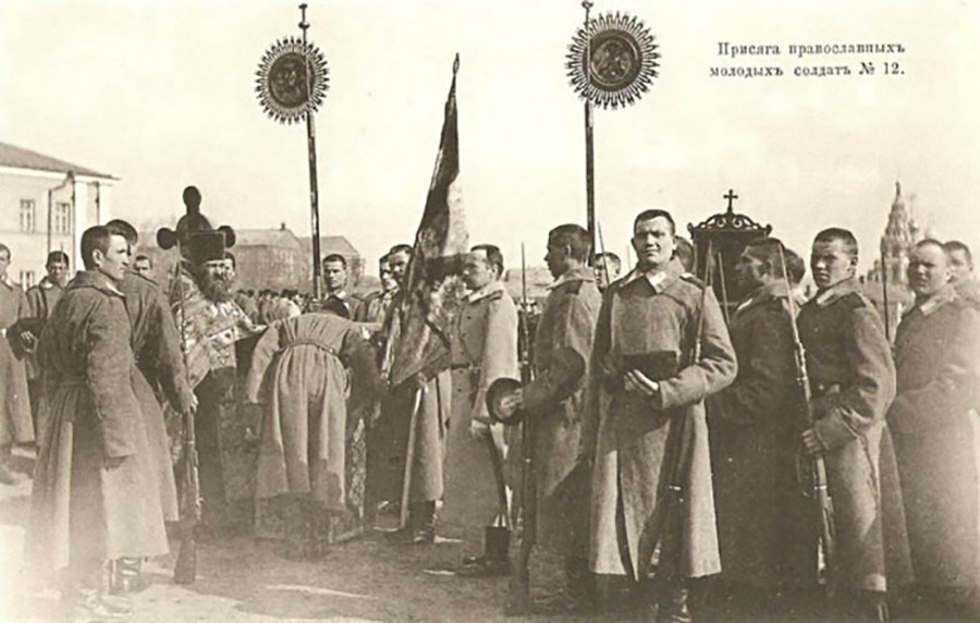 Заклетва на православни млади војници (регрути) на Перновскиот 3 гренадирски полк. Москва, март 1904 година.