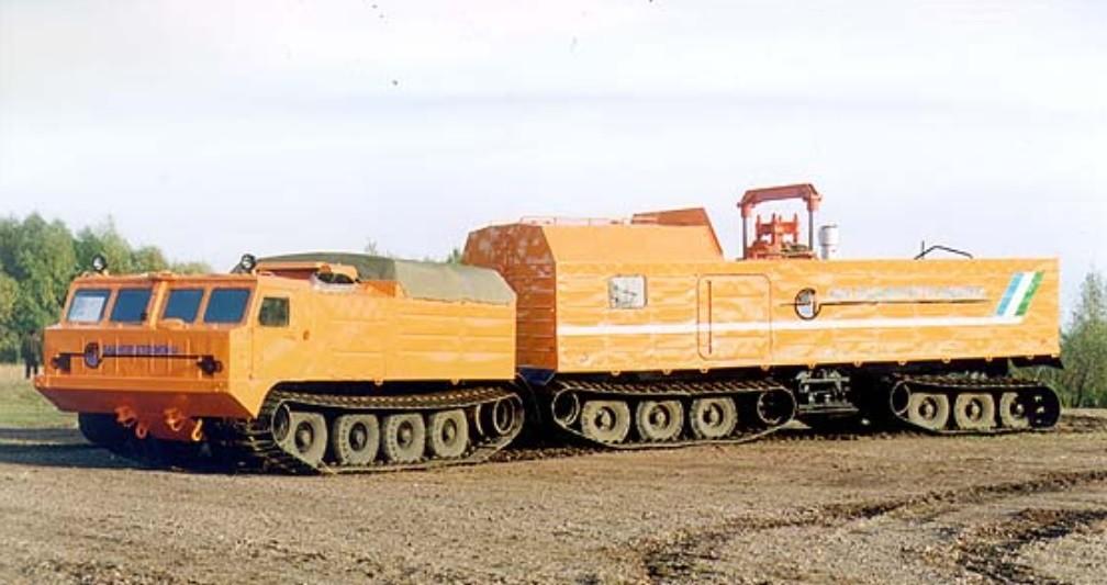 Seismic Vibrator SVG-27/DT. Diseñado para la prospección sísmica en las conducciones de gas y petróleo del Norte y Siberia. Cuenta con sistema de control de los instrumentos completo, una emisora de radio de gran potencia y como extra, dos literas en la cabina del operador de los instrumentos.