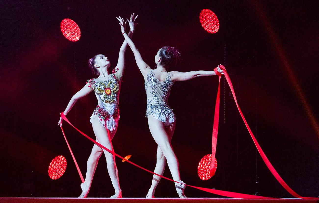 Le ginnaste Dina e Arina Averina si esibiscono nel VII spettacolo di Capodanno dei campioni olimpici