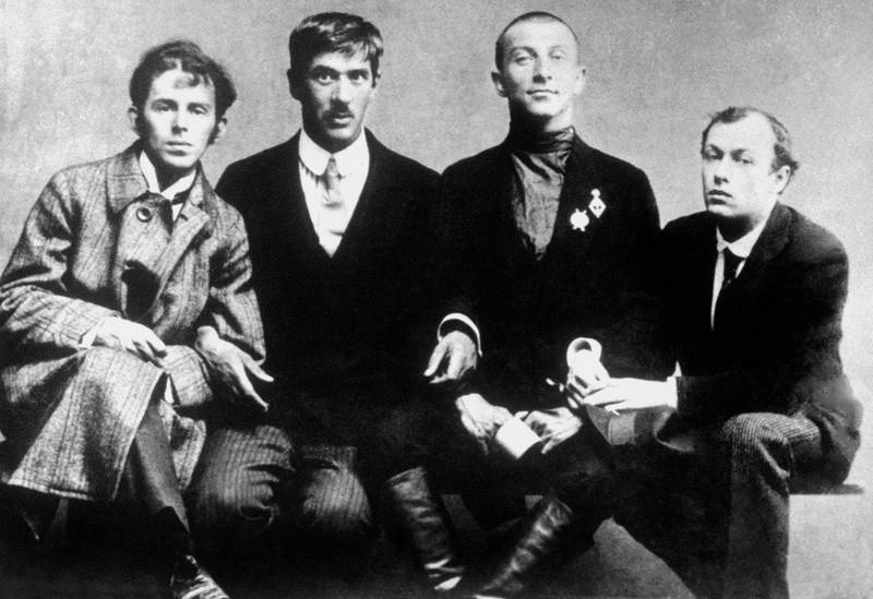 Il poeta Benedikt Livshits viene accompagnato all'esercito. Da sinistra: Osip Mandelshtam, Kornej Chukovskij, Benedikt Livshits, Yurij Annenkov, agosto 1914
