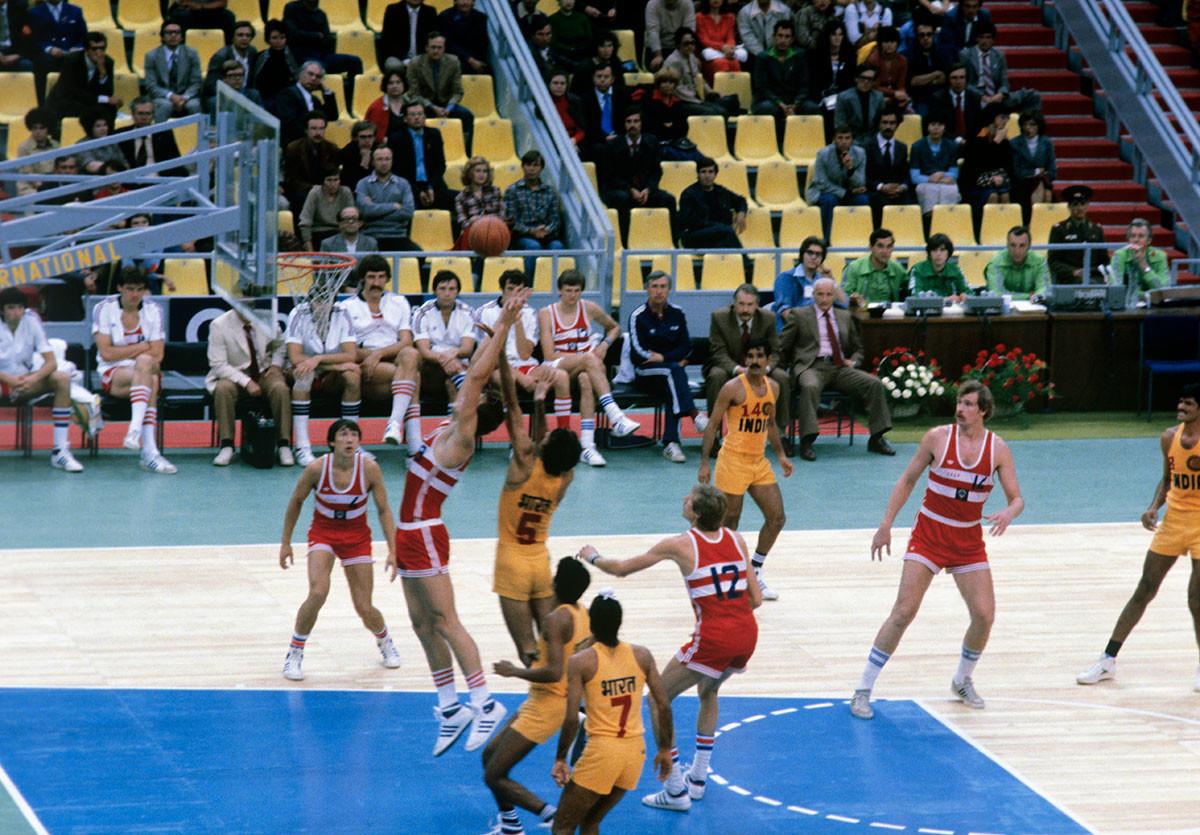 Sergueï Belov , multiple champion d'Europe et du monde, effectue un lancer durant le match contre l'Inde durant les Jeux de 1980