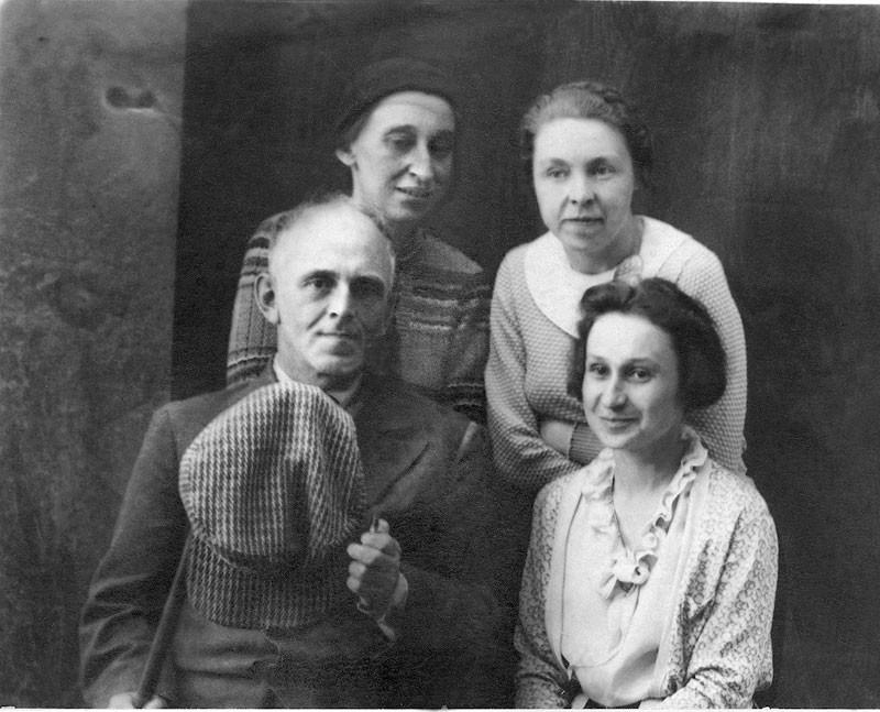 Osip e Nadezhda Mandelshtam con Nataliya Shtempel e Marina Yartseva. Voronezh, 1937