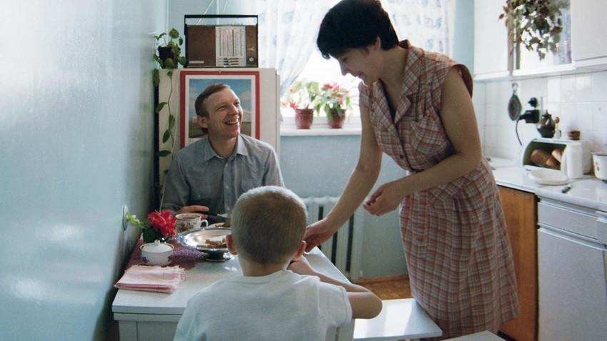 Nikolaj Balašov, zaposlen v tovarni AutoVAZ,  s svojo družino v kuhinji med zajtrkom.