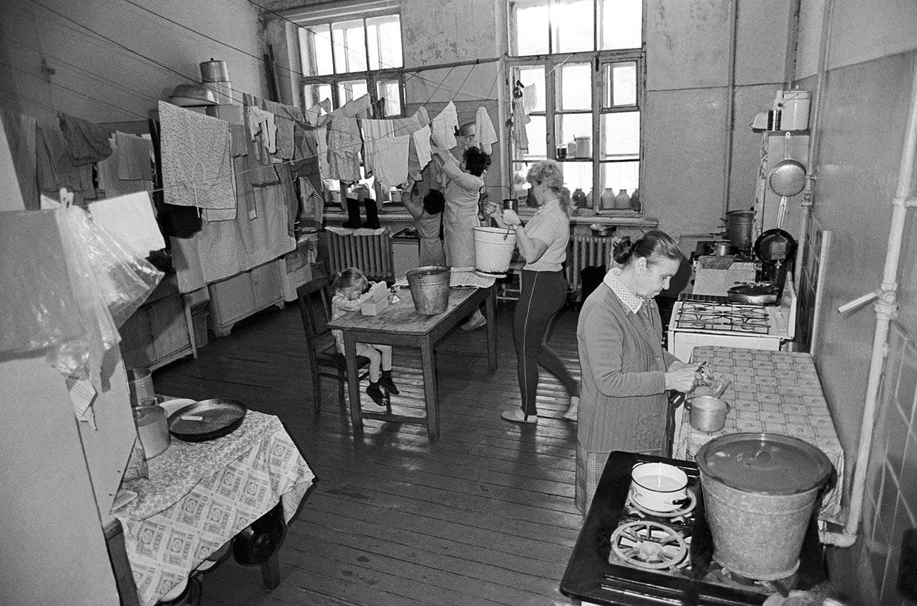Kuhinja v skupnem stanovanju. Tukaj lahko vidite, da imajo najemniki ločene mize, peči in vrvice za oblačila.