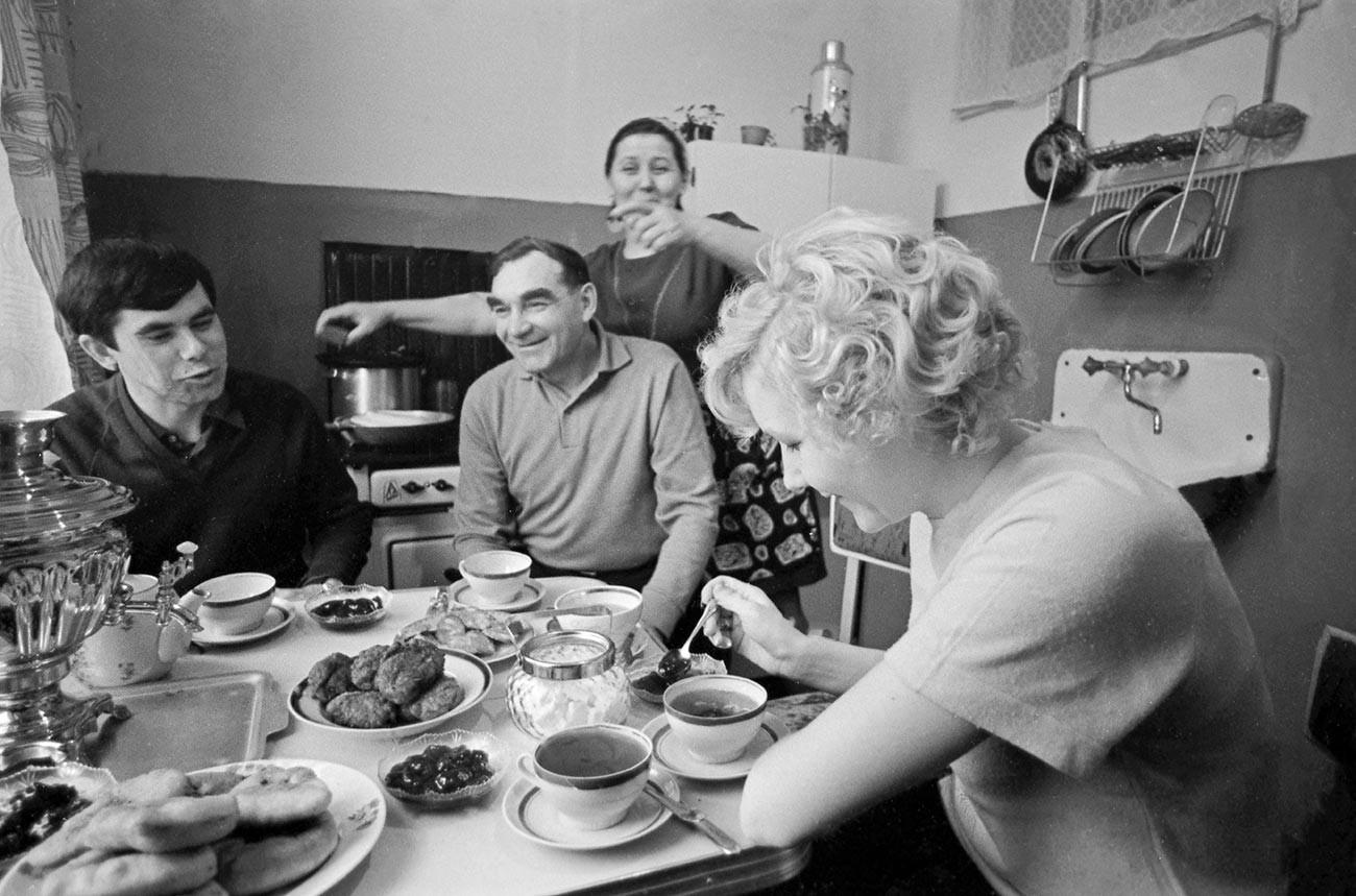 Družina Trofimovih, vsi delavci v metalurški tovarni v Čerepovcu, v kuhinji pri zajtrku