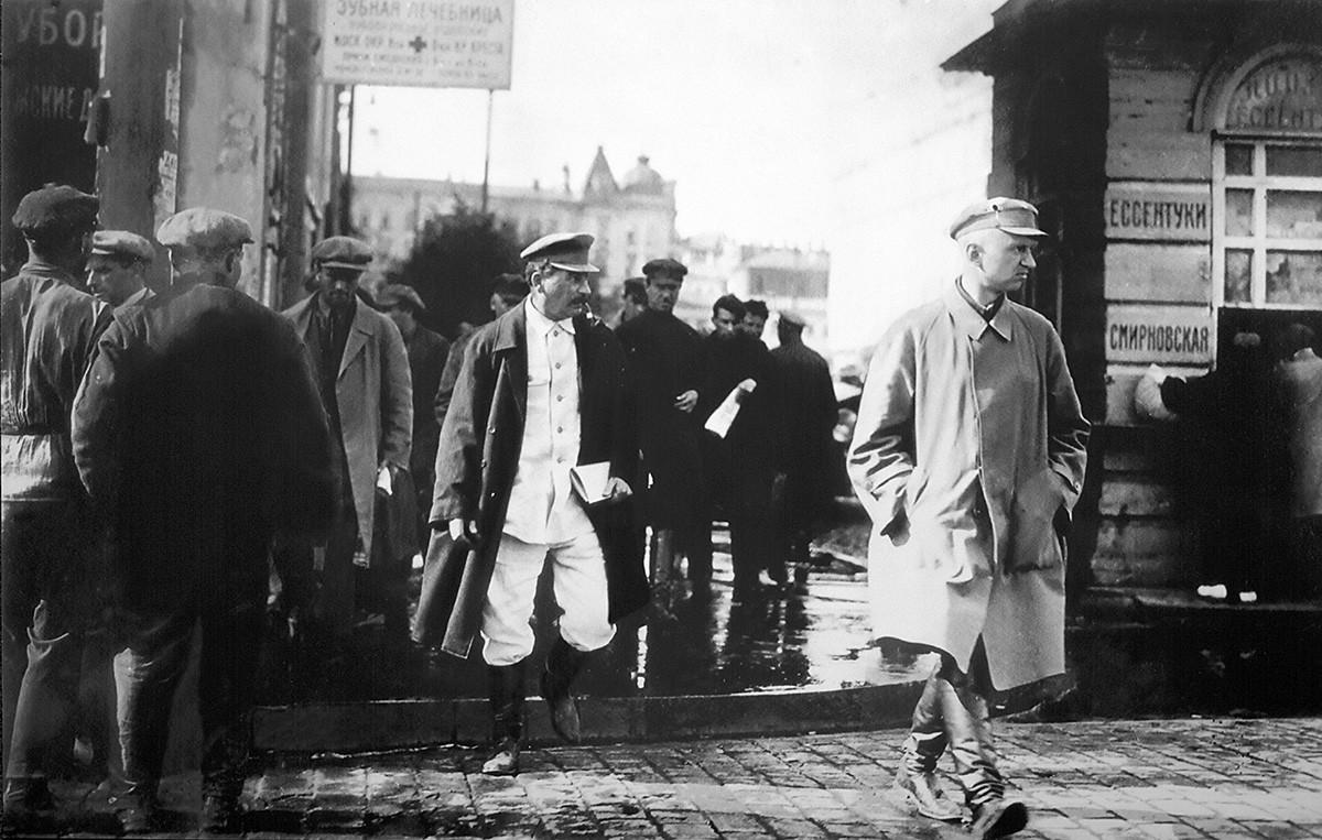Советскиот лидер Јосиф Сталин (1879-1953) во придружба на тајни агенти од Главната разузнавачка управа (ГРУ).