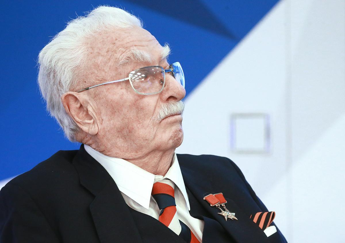 Феликс Дадаев, генерал-лајтнант, академик, професор, народен уметник на СССР и а Дагестан на прес-конференција организирана по повод одбележувањето на 31-годишнина од катастрофата во Чернобил.