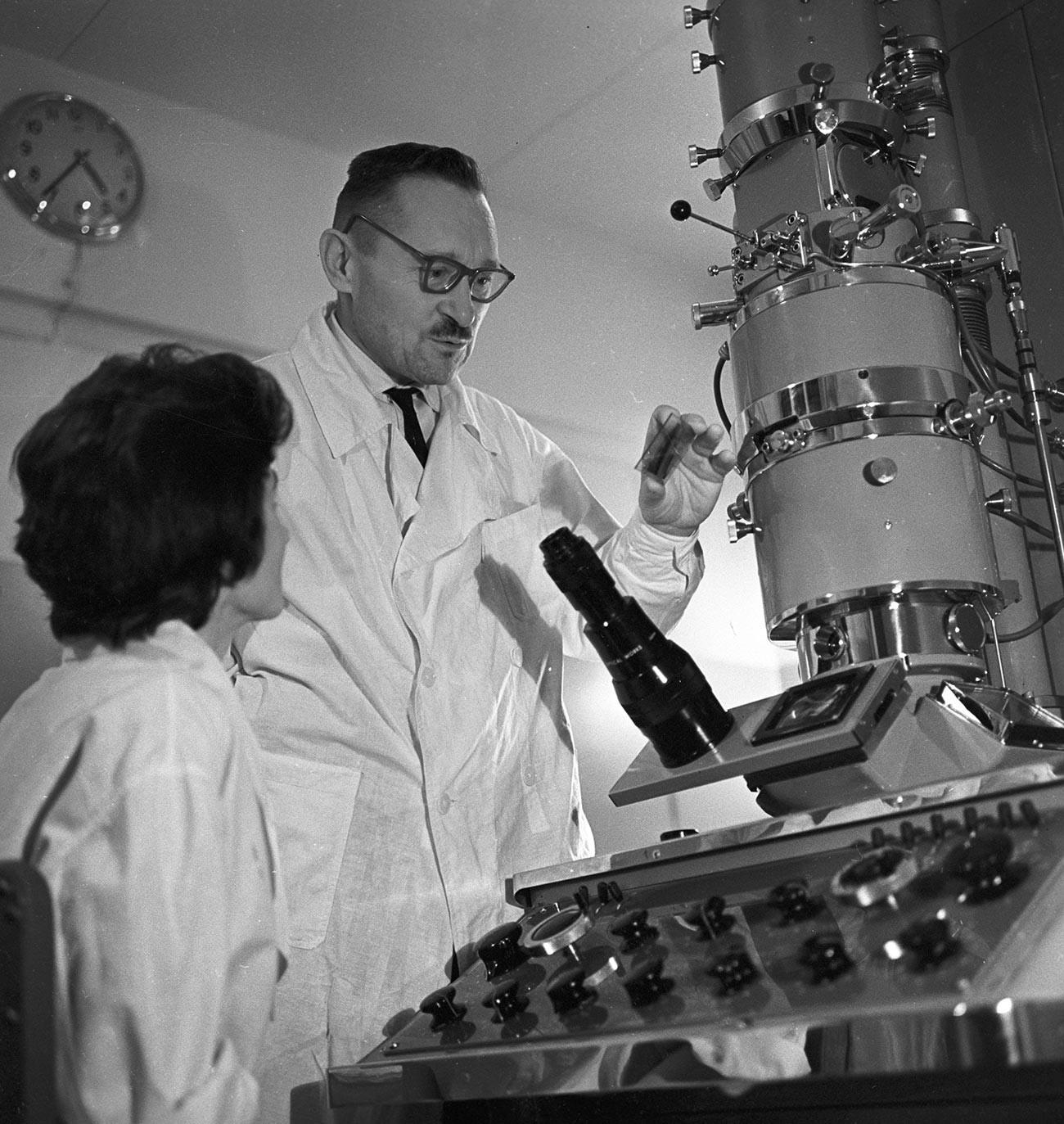 El científico soviético Viktor M. Zhdanov