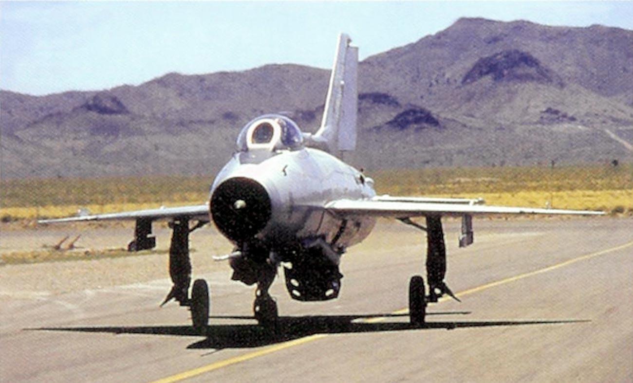 МиГ-21Ф013 тргнува на пистата. 4477 ескадрила за тестирање и процена.