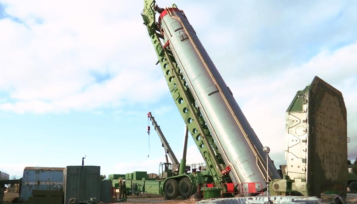 """Интерконтинентална балистичка ракета стратешког сисема """"Авангард"""" приликом спуштања у лансирни силос, Оренбуршка област."""